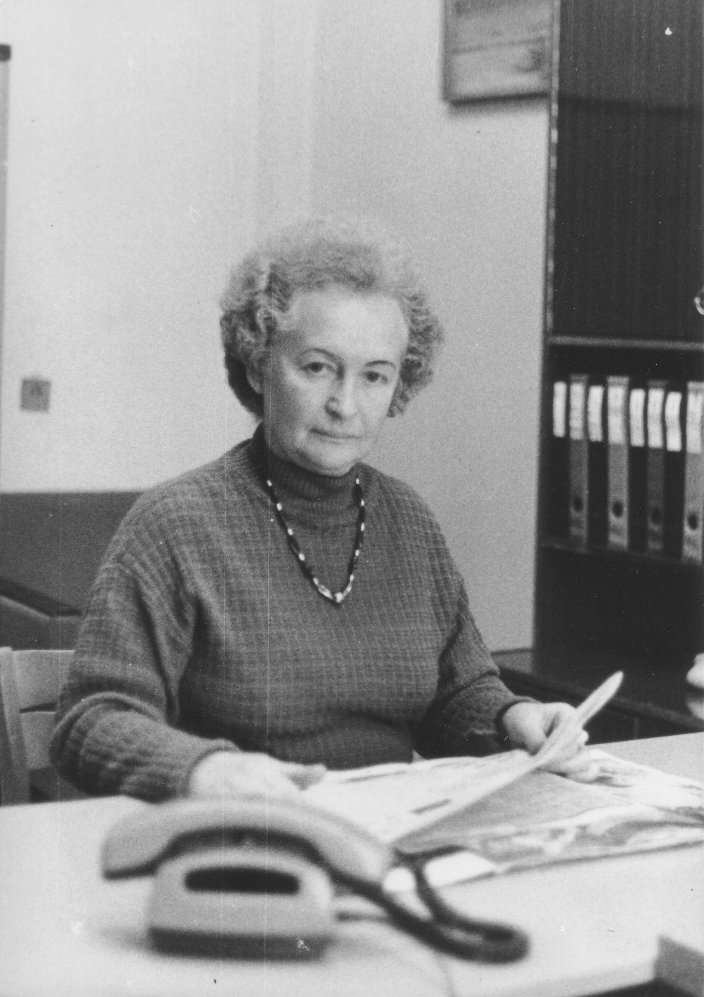 18. Bibliografijos skyriaus vedėja I. Butkienė, švenčianti 25 metų darbo bibliotekoje sukaktį, 1990 m., S. Barasos nuotr.