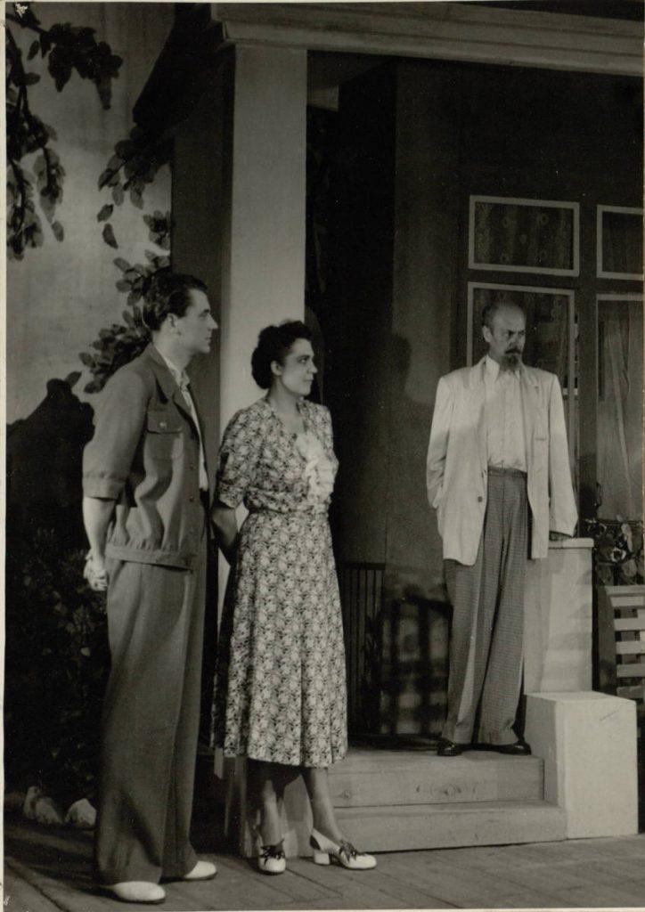Karšta vasara. 1955. Scena iš spektaklio. Algis - akt. V.Auga, Virpšienė - akt. J.Dulskytė, Mineikis - akt. V.Tautkevičius.