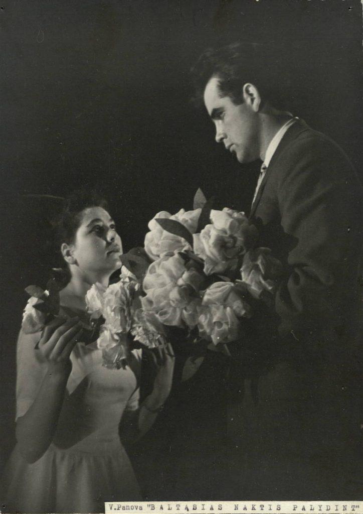 Baltąsias naktis palydint. 1962. Scena iš spektaklio. Gėlių pardavėja – akt. A.Simokaitytė, balionų pardavėjas – akt. V.Tautkevičius