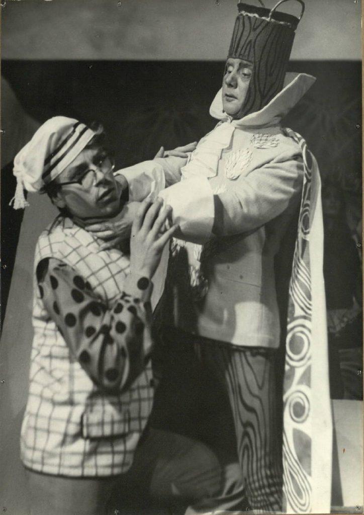 Medinis karalius. 1969. Scena iš spektaklio. Siuvėjas - akt. L. Vinciūnas, Karalius - akt. V. Tautkevičius.