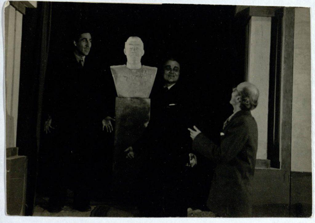 Didžioji jėga. 1948 m. Scena iš spektaklio. Aktoriai A. Šimkūnas, V. Ivanauskas, V. Tautkevičius] B. Romašovas