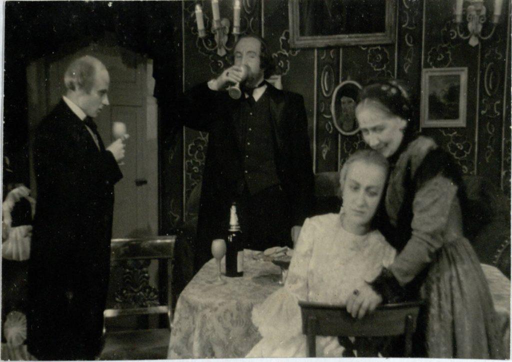 Neturtas ne yda. 1949. Liuba – akt. V.Venskutė, Koršunovas - akt. V.Tautkevičius, Torcovas - akt. K.Simaška.