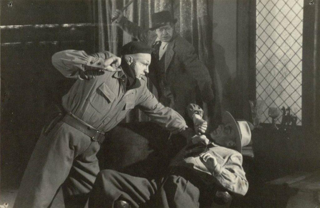 Slaptasis karas. 1950. Scena iš spektaklio. Šibanovas - akt. J. Šimkus, senis - akt. A. Puzanauskas, Rudenko - akt. V. Tautkevičius