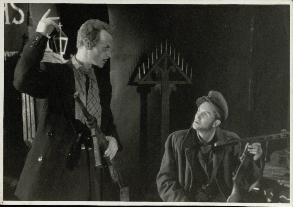 Pakilęs miestas. 1950. Scena iš spektakli . Akt. V.Tautkevičius, E.Karanauskas