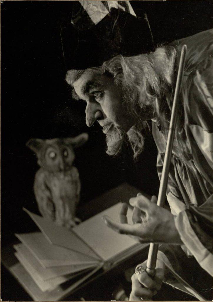 """Scena iš spektaklio """"Burtininko mokinys"""", Burtininkas – akt. Alfonsas Dobkevičius, premjera – 1961 m."""