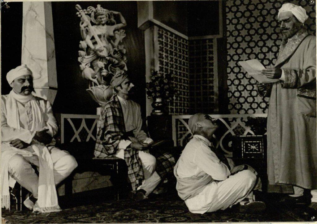 "Scena iš spektaklio ""Kas kaltas"", Čandas – akt. A. Dobkevičius, Chiranandas – akt. V. Auga, Rajus – akt. R. Žukauskas, Paršadas – akt. J. Juodagalvis, premjera – 1959 m."