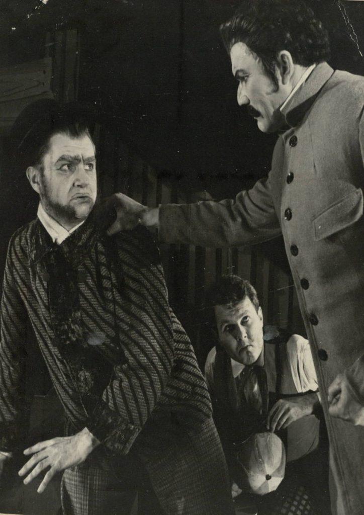 """Scena iš spektaklio """"Kepurininko pilis"""", Dronas – akt. A. Dobkevičius, Peris – akt. E. Rupšys, Brondis – akt. A. Petkevičius, premjera – 1962 m."""