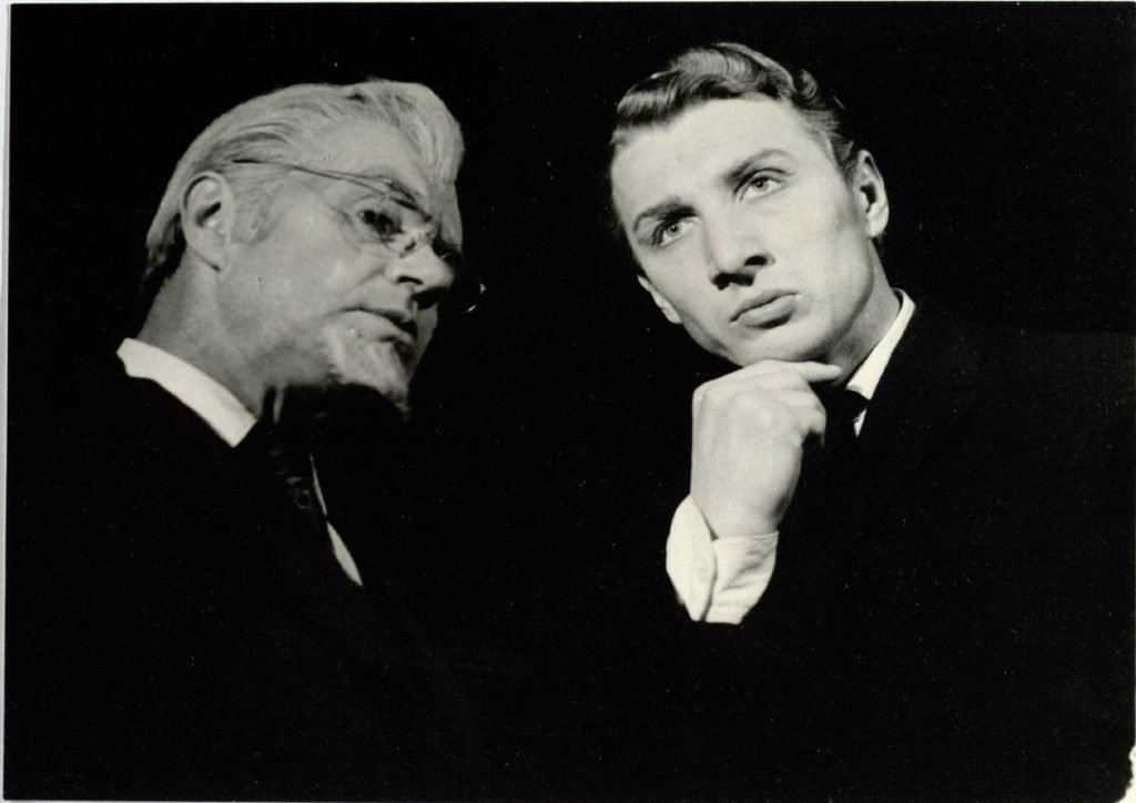 "Scena iš spektaklio ""Keturi po vienu stogu"", Baryšnikovas – akt. A. Dobkevičius, Serioža – akt. A. Pintukas, premjera –1961 m."