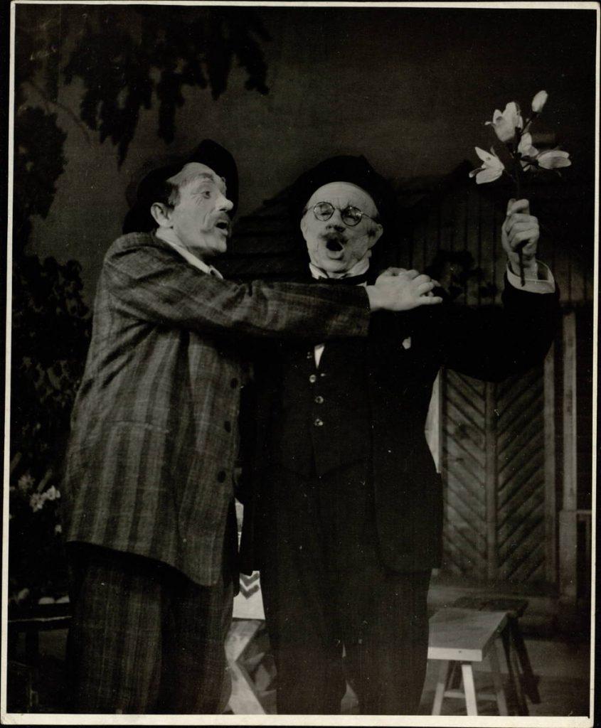 """Scena iš spektaklio """"Krikštynos"""", Jakas – akt. A. Dobkevičius, Miartas – akt. J. Juodagalvis, premjera – 1956 m."""