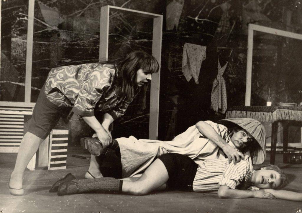 """Scena iš spektaklio """"Mažylis ir Karlsonas, kuris gyvena ant stogo"""", Karlsonas – akt. A. Dobkevičius, Freken Bok – akt. E. Danilevičiūtė, Mažylis – akt. D. Krištopaitytė, premjera – 1968 m."""