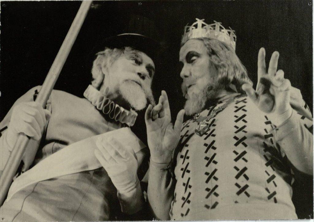 """Scena iš spektaklio """"Miegančioji gražuolė"""", Ceremonmeisteris – akt. A. Dobkevičius, karalius Florestanas – akt. V. Tautkevičius, premjera – 1966 m."""