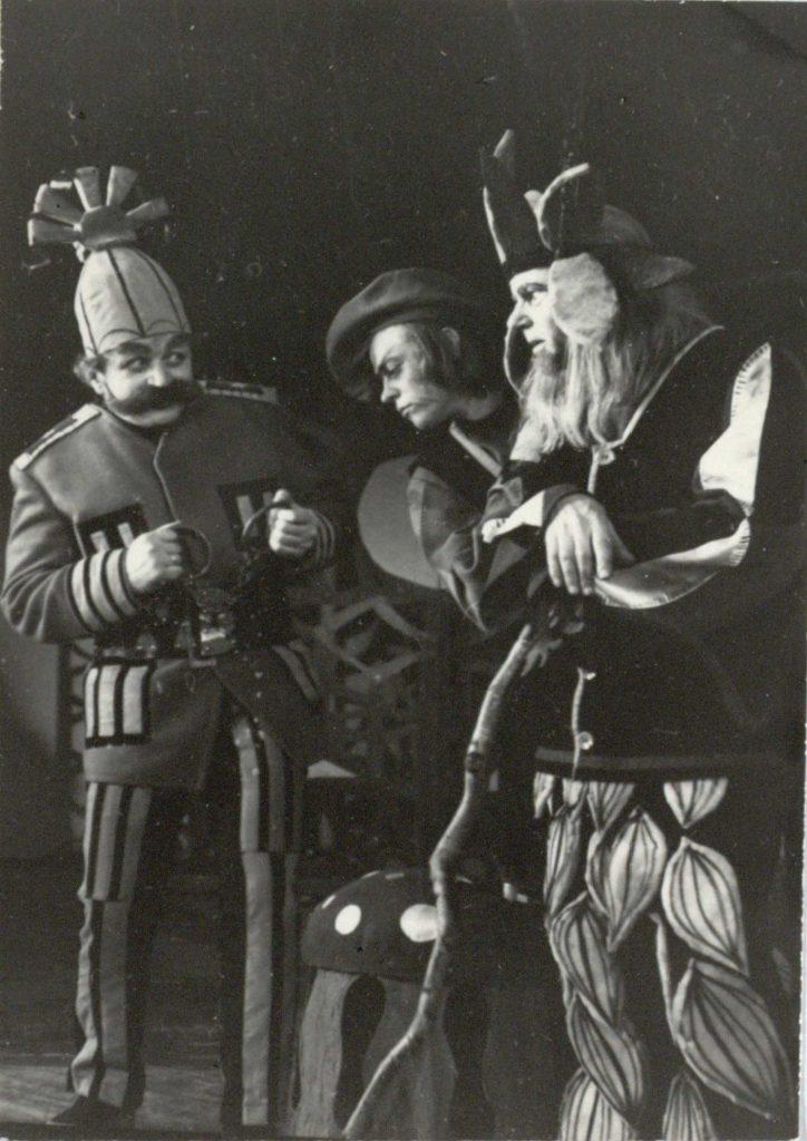 """Scena iš spektaklio """"Princesė ir medkirtys"""", Magas – akt. A. Dobkevičius, aktoriai V. Benokraitis , V. Baranauskas, premjera – 1972 m."""