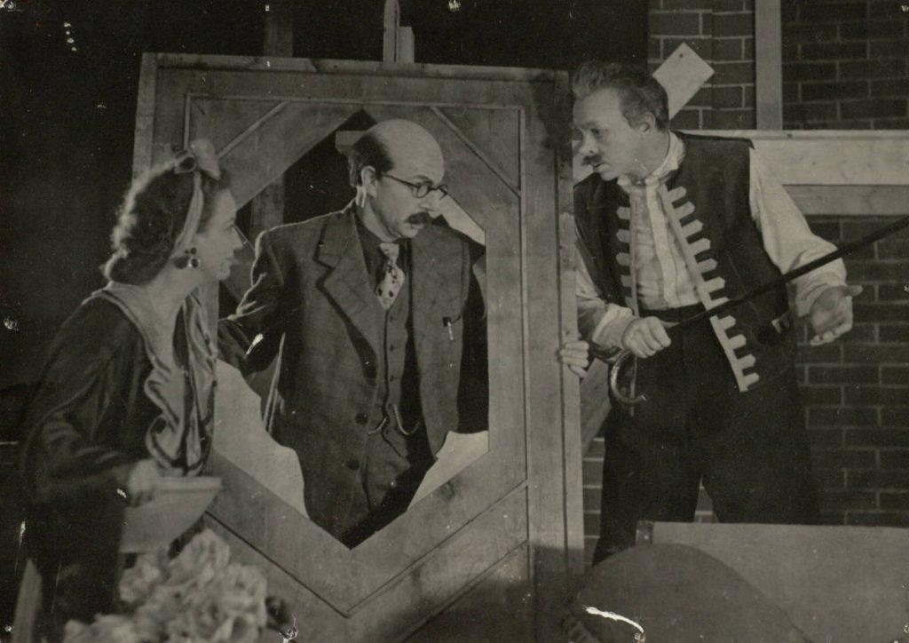 """Scena iš spektaklio """"Trijų lakštingalų gatvė"""", Dragiša – akt. A. Dobkevičius, Nata – akt. E. Orlauskaitė, senis Boga – akt. S. Paska, premjera – 1956 m."""