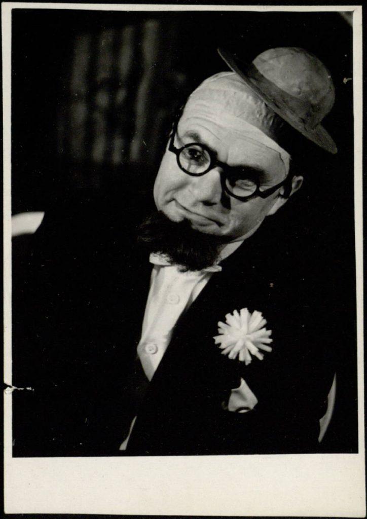 """Scena iš spektaklio """"Tuščios pastangos"""", Plikas ponas – akt. A. Dobkevičius, premjera – 1964 m."""