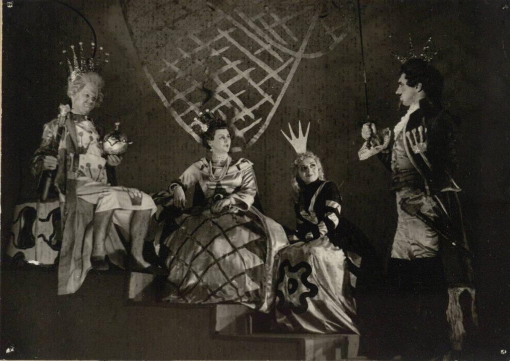 "Scena iš spektaklio ""Kareivis ir gyvatė"", Karalius – akt. A. Dobkevičius, Karalienė – akt. I. Čepkevičiūtė, Liudovina – akt. J. Gascevičiūtė, Giljonas – akt. J. Juodagalvis, premjera – 1961 m."