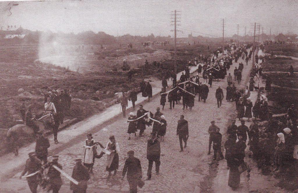 Bermontininkų aukų laidotuvės Šiaulių Tilžės gatvėje. 1919 metų ruduo. LCVA.