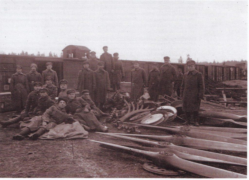 Iš bermontininkų paimti ginklai ir lėktuvų atsarginės dalys Baisogalos geležinkelio stotyje. 1919 metų pabaiga. LCVA.