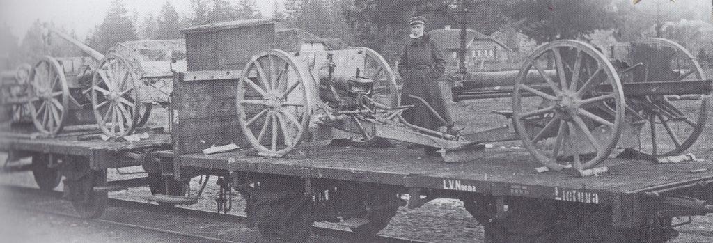 Lietuvos kariuomenės iš bermontininkų atimtos 77 mm 69 N. A modelio lauko patrankos, pakrautos į traukinį Radviliškio geležinkelio stotyje.
