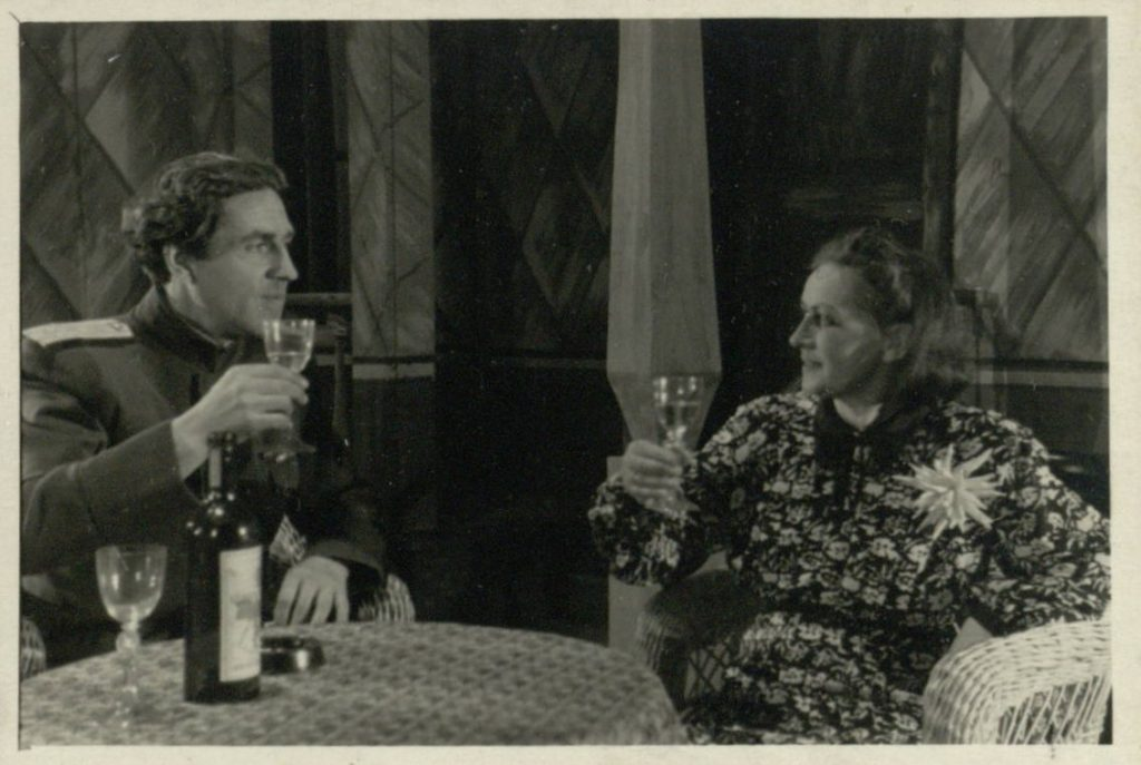 """Scena iš spektaklio """"Didžioji jėga"""", aktoriai A. Šimkūnas, E. Bindokaitė"""