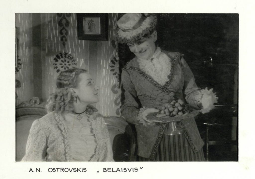 "Scena iš spektaklio ""Belaisvės"", Jevialija - akt. V. Venckutė, Sofija - akt. E. Bindokaitė"