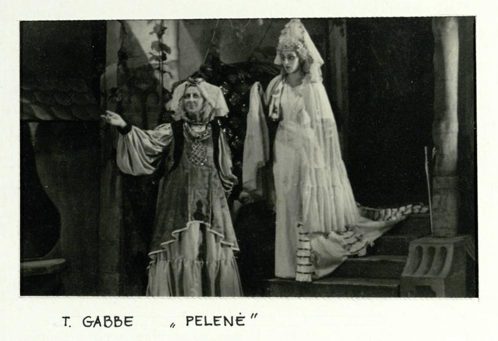 """Scena iš spektaklio """"Pelenė"""", aktorės E. Bindokaitė, J. Laurinavičiūtė"""