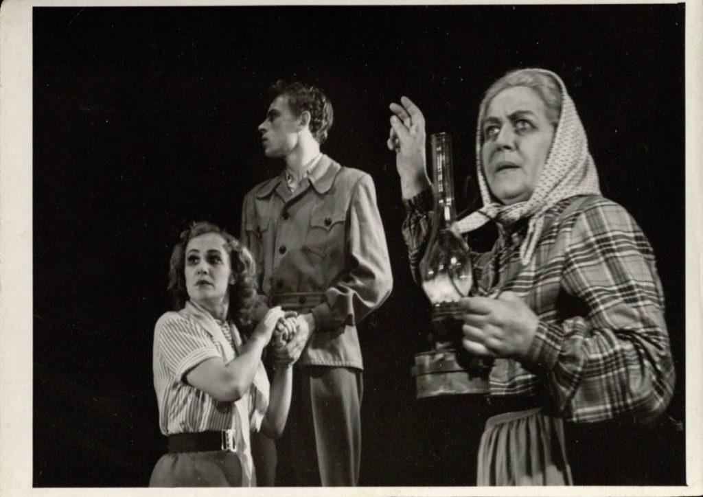 """Scena iš spektaklio """"Mirusieji prabyla"""", Marijona - akt. E. Bindokaitė, Živilė - akt. V. Venckutė, Sigitas – akt. R. Žukauskas"""