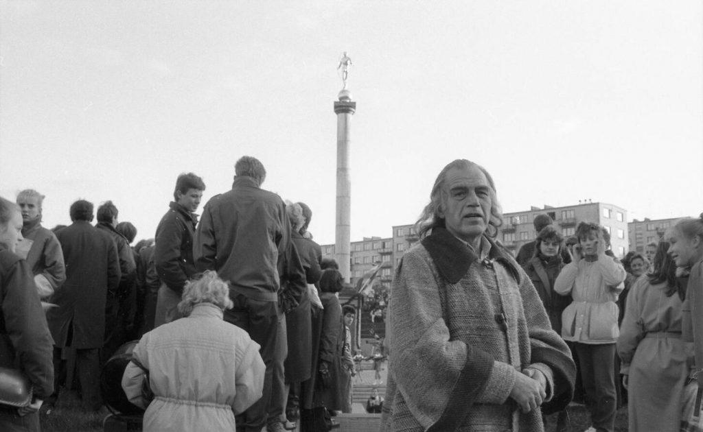 Saulės laikrodžio aikštėje Šiauliuose. Šventės dalyvių apsuptyje aktorius Laimonas Noreika (Martynas Mažvydas). Nuotr. aut.  Juozas Bindokas