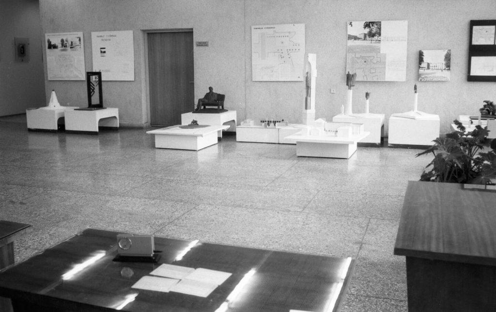 Paminklo Povilui Višinskiui projektai. Ekspozicija Šiaulių Povilo Višinskio viešojoje bibliotekoje 1989 m. gruodžio 9 d. Nuotr. aut. Juozas Bindokas