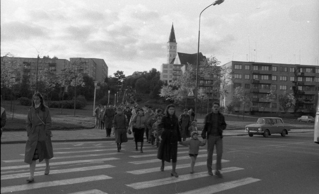 Pakeliui į Saulės laikrodžio aikštę, kur vyks teatralizuota Kalbos šventė Šiauliuose 1988 m. spalio 1 d. Nuotr. aut. Juozas Bindokas
