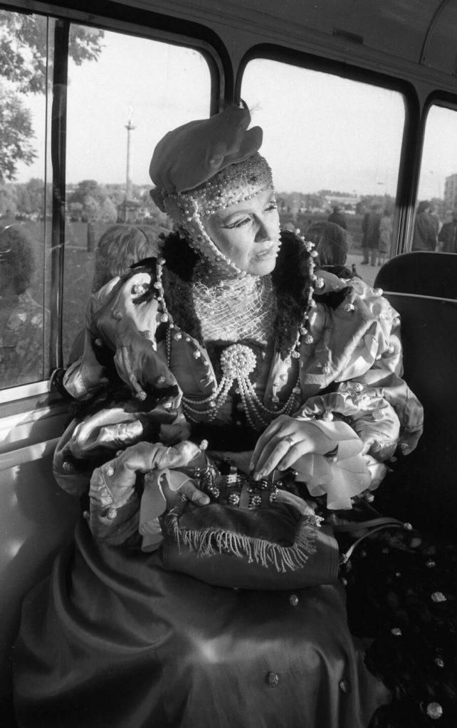 Aktorė Rūta Staliliūnaitė (Barbora Radvilaitė) autobuse prie Saulės laikrodžio aikštės laukia pasirodymo teatralizuotoje Kalbos šventėje Šiauliuose 1988 m. spalio 1 d. Nuotr. aut. Juozas Bindokas