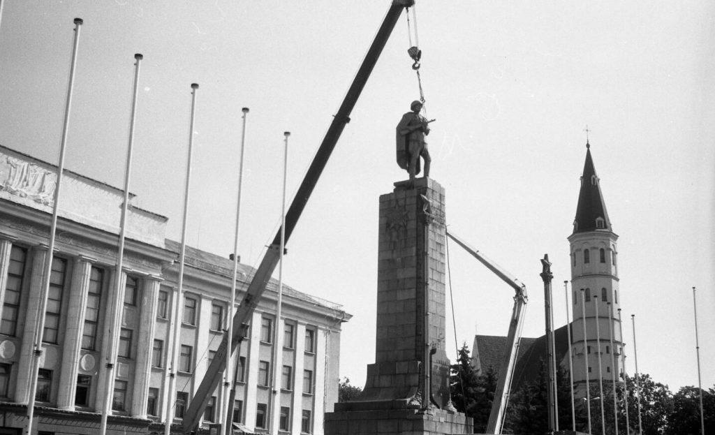 Sovietinio kario demontavimas, 1991 m. rugpjūčio 24 d. Nuotr. aut. Juozas Bindokas