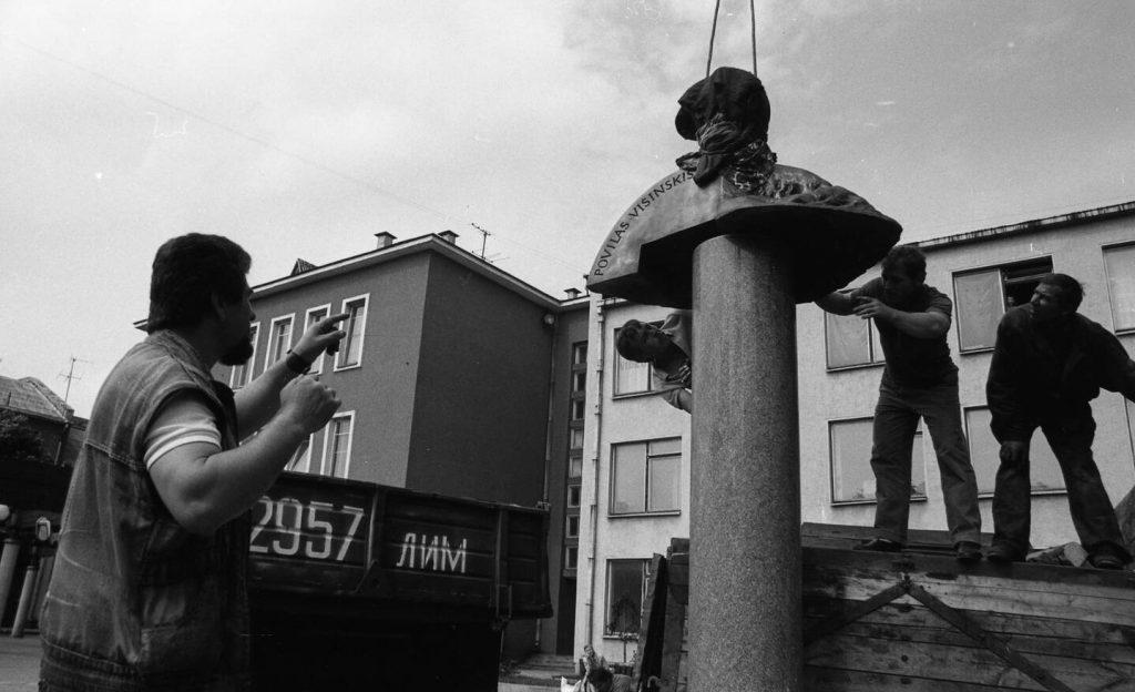 Paminklo Povilui Višinskiui montavimo darbai. Kairėje stovi paminklo autorius, skulptorius Stasys Žirgulis. Šiauliai Vilniaus g., 1991 06 26. Nuotr. aut. J. Bindokas