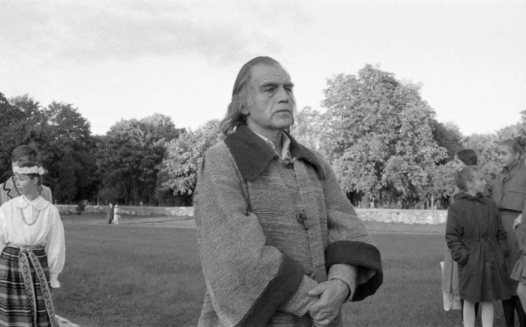 Aktorius Laimonas Noreika (Martynas Mažvydas) Saulės laikrodžio aikštėje Šiauliuose teatralizuotoje Kalbos šventėje 1988 m. spalio 1 d. Nuotr. aut. Juozas Bindokas
