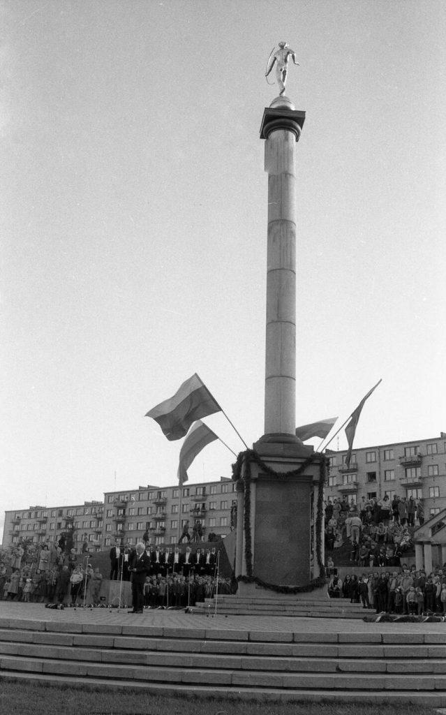 Teatralizuota Kalbos šventė 1988 m. spalio 1 d. Saulės laikrodžio aikštėje Šiauliuose. Nuotr. aut. Juozas Bindokas