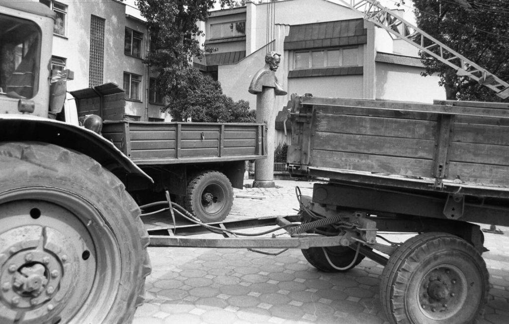 Paminklo Povilui Višinskiui montavimo darbai. Šiauliai Vilniaus g., 1991 06 26. Nuotr. aut. J. Bindokas