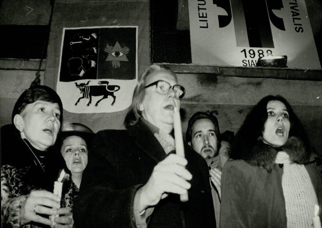"""""""Lietuvių dramaturgijos festivalis """"Atgaiva"""" 1988 m. gruodžio 12-22 d. Šiauliuose"""". Iš kairės: menininkai Dalia Mataitienė ir Povilas Mataitis. Nuotr. aut. Juozas Bindokas"""