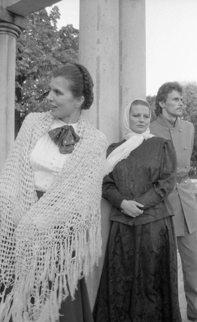 Teatralizuotoje Kalbos šventėje 1988 m. spalio 1 d. Saulės laikrodžio aikštėje Šiauliuose. Aktoriai Nijolė Narmontaitė, Faustina Laurinaitytė, Arūnas Sabonaitis. Nuotr. aut. Juozas Bindokas