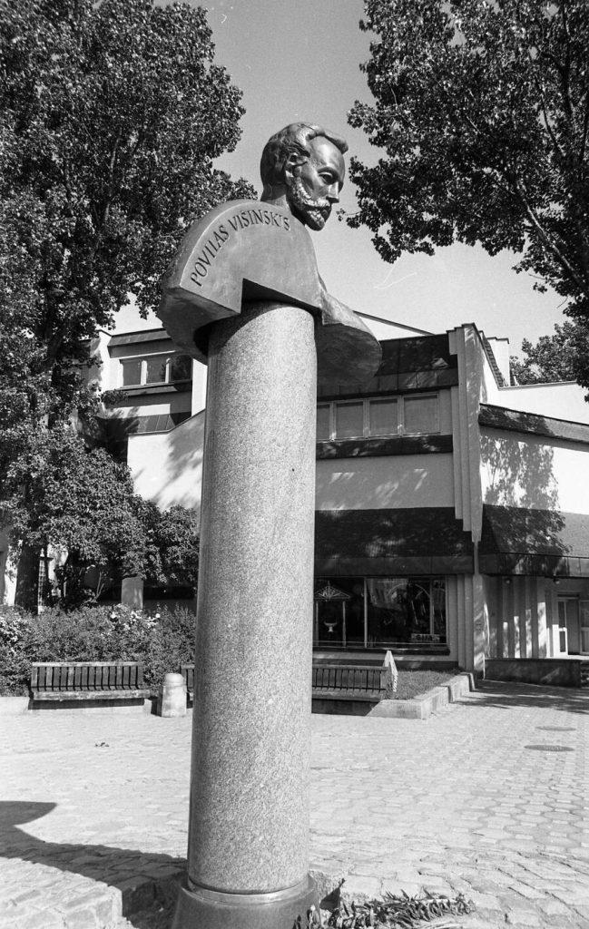 Paminklas Povilui Višinskiui atidengimo dieną, Šiauliai Vilniaus g., 1991 06 29. Nuotr. aut. Juozas Bindokas