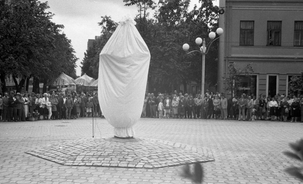 Paminklo Povilui Višinskiui atidengimo šventė. Šiauliai Vilniaus g., 1991 06 29. Nuotr. aut. J. Bindokas.