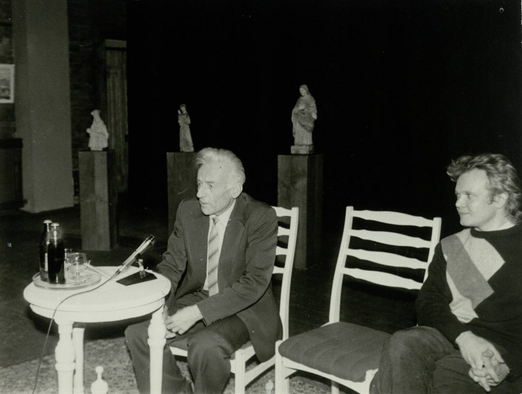 """""""Lietuvių dramaturgijos festivalis """"Atgaiva"""" 1988 m. gruodžio 12-22 d. Šiauliuose"""". Tautosakos tyrinėtojas Donatas Sauka ir Ramūnas Bogdanas. Nuotr. aut. Juozas Bindokas"""