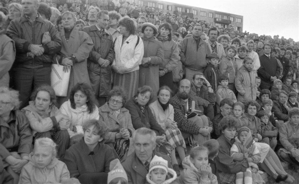 Saulės laikrodžio aikštėje Šiauliuose 1988 m. spalio 1 d. vykusioje teatralizuotoje Kalbos šventėje dalyvavo tūkstančiai žmonių. Nuotr. aut. Juozas Bindokas