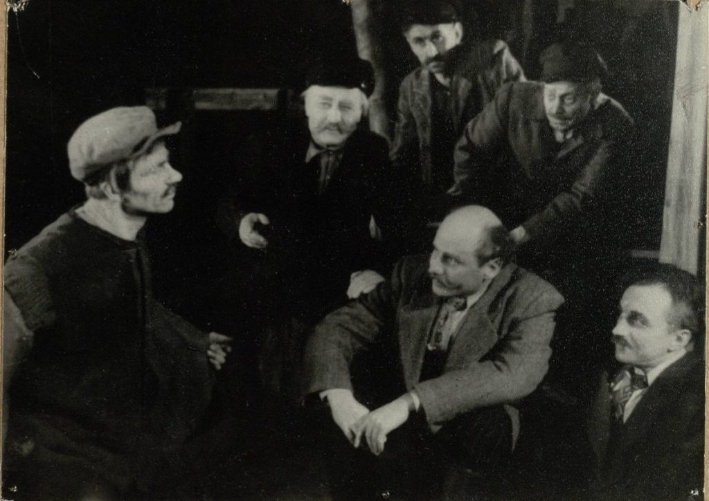 Baltieji gluosniai. 1954 m. Scena iš spektaklio. Aktoriai J.Zubėnas, V.Benokraitis, V.Tautkevičius, M.Karklelis, J.Šimkus