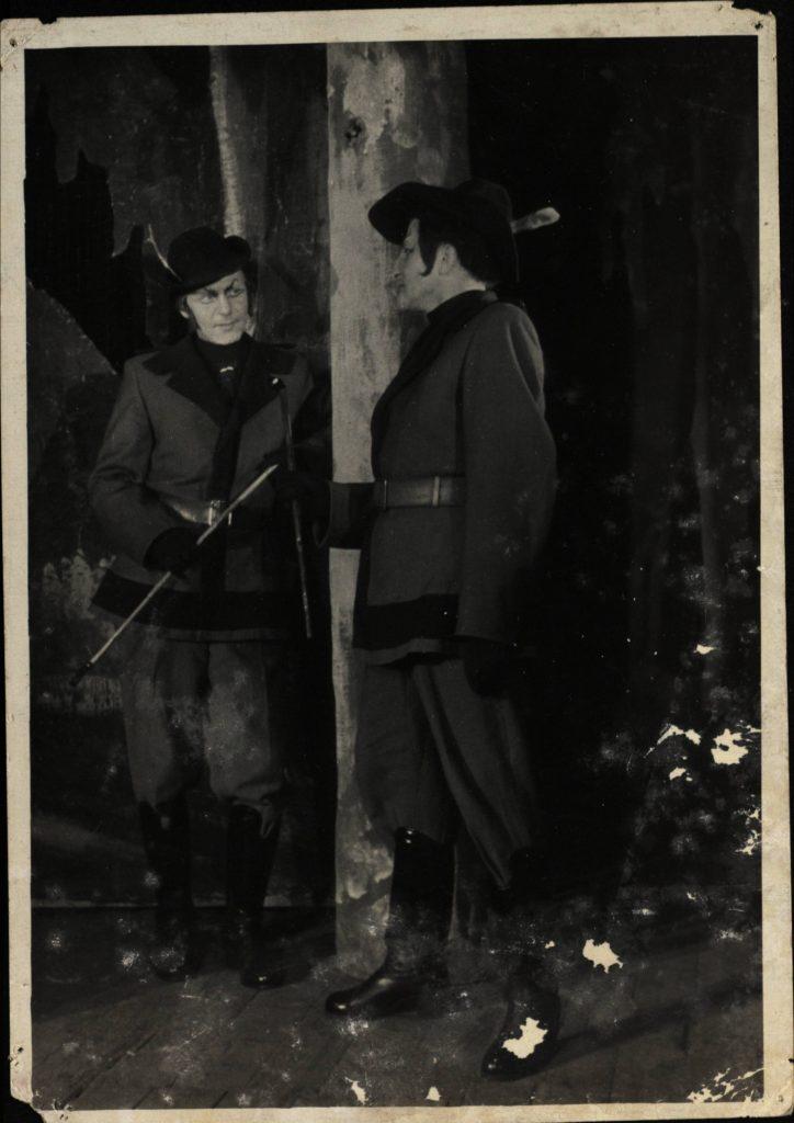 Velnių malūnas. 1954. Scena iš spektaklio. Liucijus I - akt. L.Zmirskas, Liucijus II – V.Tautkevičius