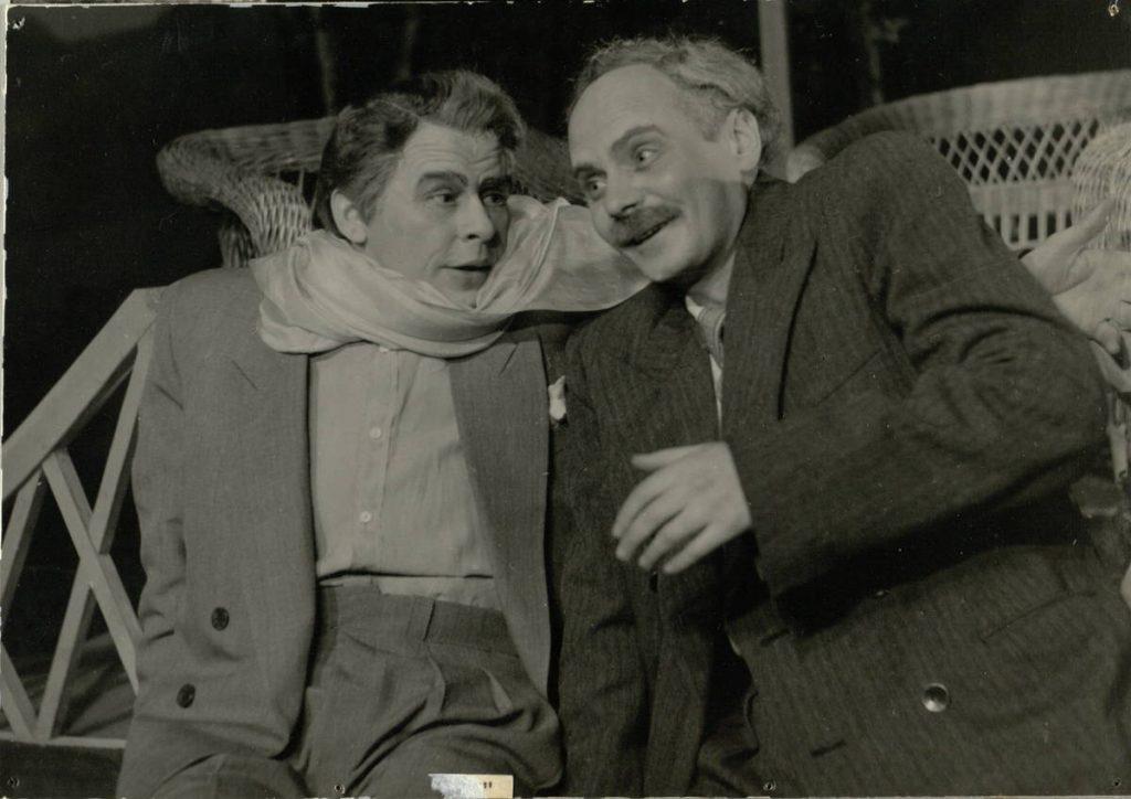 Paprastas žmogus. 1955. Scena iš spektaklio. Ladyginas - akt. S.Paska, Svekolkinas – akt. V. Tautkevičius.
