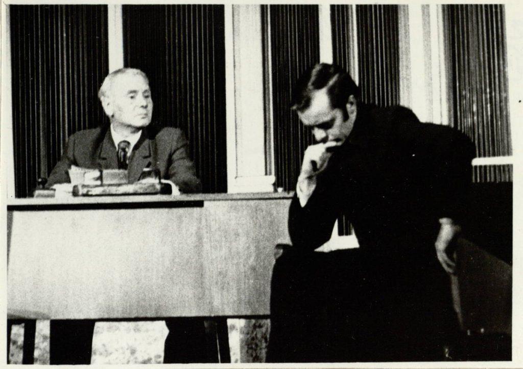 Sustot, atgal pasižiūrėti. 1970. Scena iš spektaklio. Aleksiejus Fedotyčius - akt. V. Tautkevičius, Jegoras Koroliovas - akt. R. Vaitkevičius
