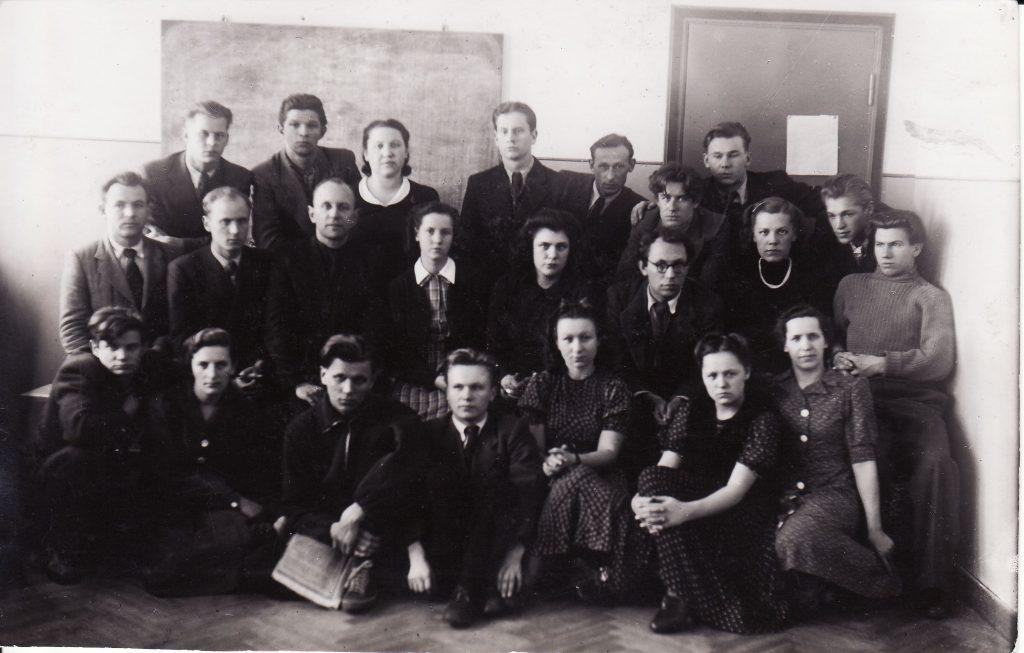 Panevėžio Teatro kolektyvas Repeticijų salėje. 1941 m. vas. 23 d. Antroje eilėje antras iš kairės V.Tautkevičius. Nt. iš Juozo Miltinio studijų centro