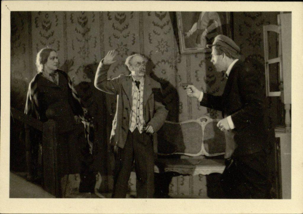 Uždavinys. 1947. Scena iš spektaklio . Elena - akt. E.Bindokaitė, Leopoldas - akt. V.Tautkevičius, Šatkus - akt. A.Šimkūnas