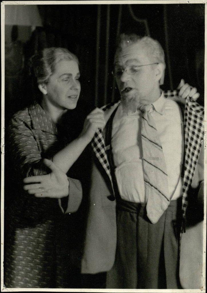 """Scena iš spektaklio """"Keturi po vienu stogu"""", Baryšnikovas – akt. A. Dobkevičius, Ina – akt. E. Danilevičiūtė, premjera – 1961 m."""