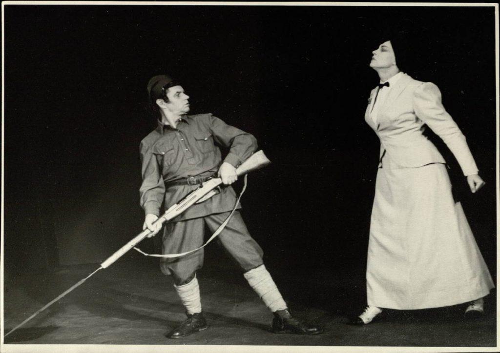 """Scena iš spektaklio """"Liepos šeštoji"""", Sargybinis – akt. A. Dobkevičius, Spiridonova – akt. I. Gurinaitė, premjera – 1967 m."""
