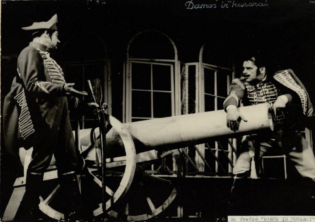 """Scena iš spektaklio """"Damos ir husarai"""", Gžegožas – akt. A. Dobkevičius, Majoras – akt. S. Paska, premjera – 1968 m."""